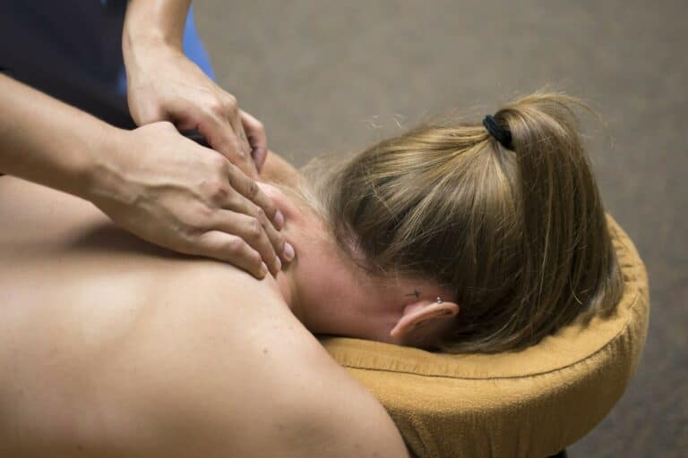 Nakkemassage på briksen massagepeter